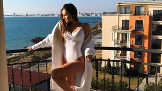 Мис България се забавлява по бански