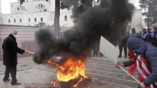Протестиращи подкрепиха опозицията и обградиха парламента в Албания
