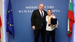 Министър Кралев връчи почетен плакет на бронзовата медалистка от Световното първенство по карате Ивет Горанова