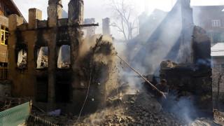 Индийски и пакистански войници обстрелваха военни постове и села в Кашмир