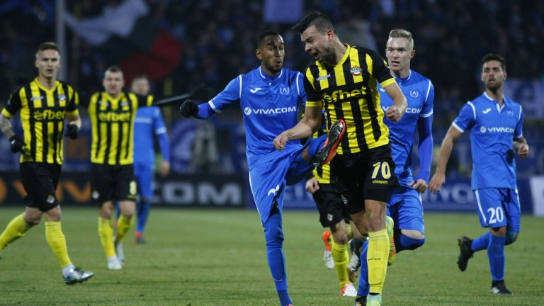 Футболни фенове на Левски и Ботев (Пловдив) вилняха в градския
