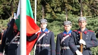 Стотици почетоха издигането на Националния флаг за 3 март