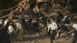 22-ма загинаха след като автобус падна в река