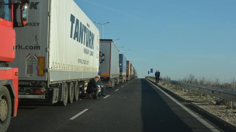 Вдигнаха за кратко блокадата по границата с Гърция