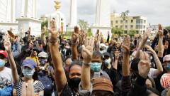Стотици ученици протестираха в Банкок с искане за образователна реформа