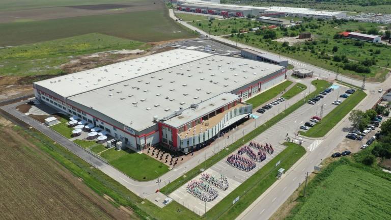 Едни от най-големите заводи в автоиндустрията в България спират или променят работа си