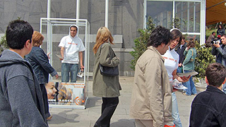 Затворени в урни актьори агитират за масовост на евровота