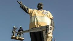 В украинския град Запорожие демонтираха 20-метрова статуя на Ленин