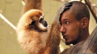 Фотоизложба показва връзката между животни и техните осиновители