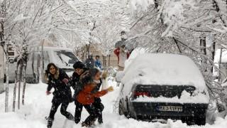 Снежен хаос и еуфория в Иран