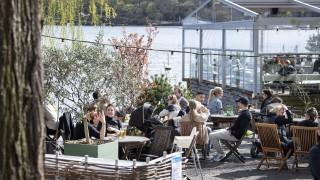 """Нов ръст на заразените в Швеция на фона на връщането към """"прегръдки и партита"""""""
