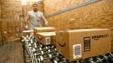 Amazon наема спешно 100 000 служители