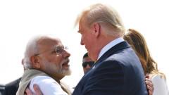 Премиерът на Индия посрещна Тръмп на двудневна визита с прегръдка