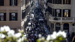 Италия със спад на COVID заразени и починали