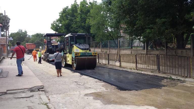 Асфалтират ключови улици във Враца