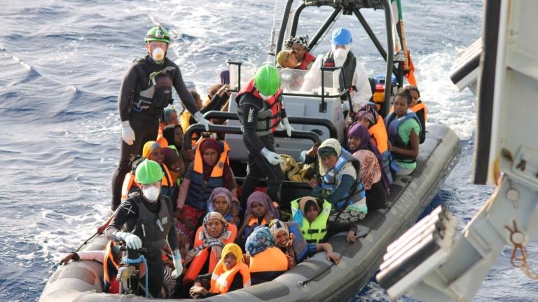 8 загинали и 20 изчезнали мигранти при сблъсък между кораб и лодка край Тунис