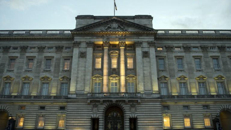 Човекът, носещ пистолет, е бил арестуванпред Бъкингамския дворец, съобщават британски