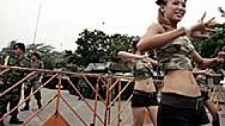 В Бангкок изтеглиха танковете с усмивка