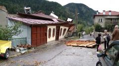Буря отнесе покриви на къщи, събори дървета и спря тока в Смолянско