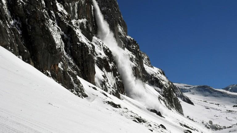 Двама души са в неизвестност след лавина в швейцарския кантон