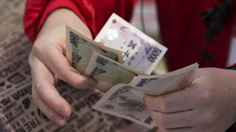 Доларът поевтинява в понеделник сутринта по отношение на повечето световни