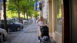 Майки с колички негодуват заради електрически стълбове насред тротоар