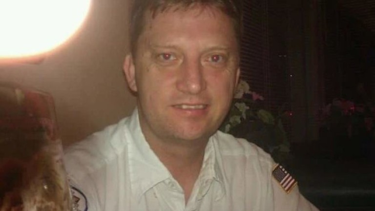 Ветеран от военноморските сили на САЩ се връща у дома,