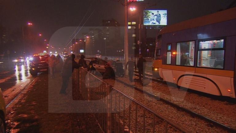 """Зрелищна катастрофа спря трамваите по столичния булевард """"България"""""""