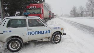Времето продължава да затваря пътища в страната