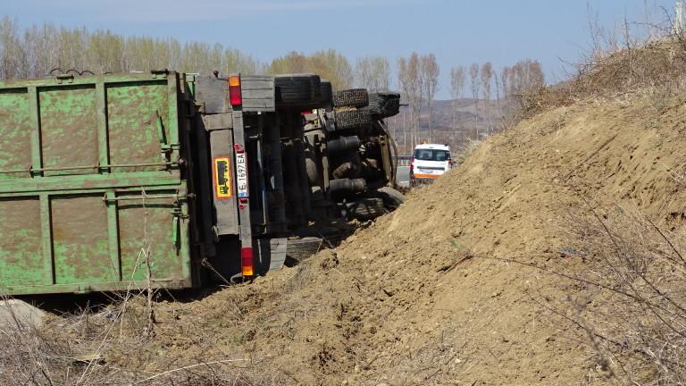 """Камион се обърна на АМ """"Хемус"""""""