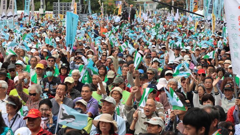 Хиляди демонстранти, настояващи за независимост, се събраха в тайванската столица
