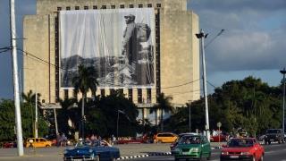 Стотици хиляди кубинци изливат мъката си по Фидел на Площада на Революцията