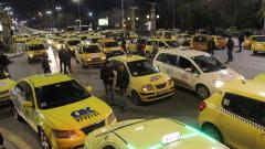 Десетки таксита изненадващо блокираха Орлов мост
