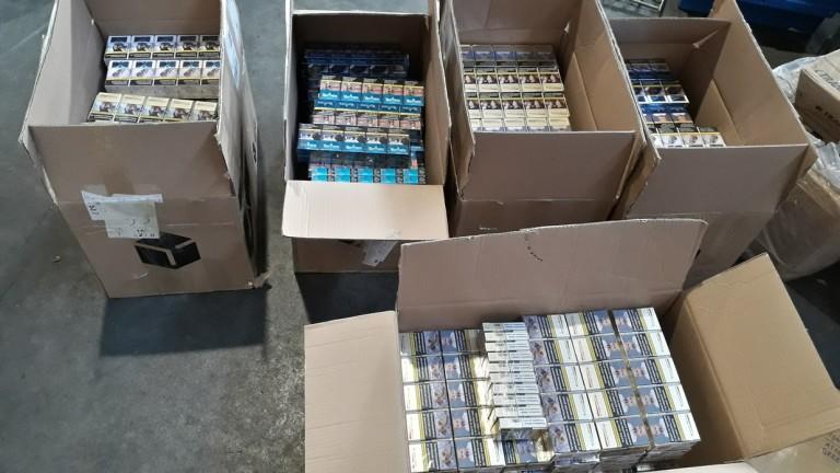 Снимка: Митничари иззеха 60 000 къса цигари, пакетирани като дрехи и книги