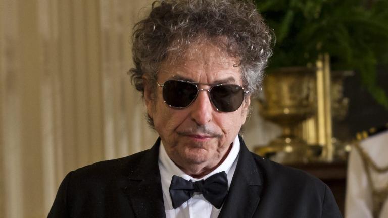 Връчват нобеловата награда на Боб Дълън по време концерт в Стокхолм