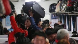 Снегът в Китай блокира близо 100 000 души на жп гарата в Гуанджоу
