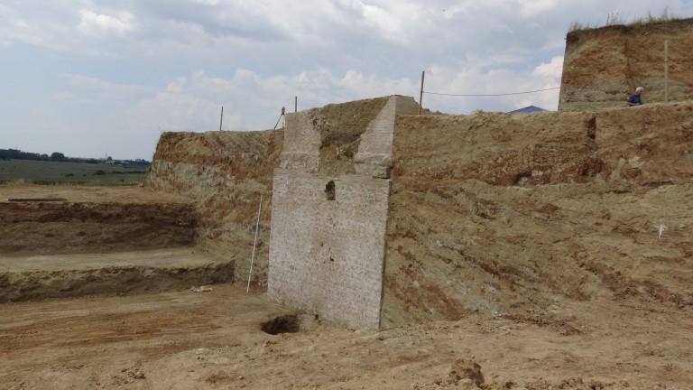 Срути се фасадата на кулата на Малтепе