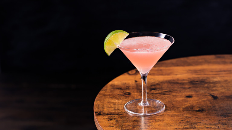 Коктейлът Cosmopolitan е сред най-популярните напитки и може да се