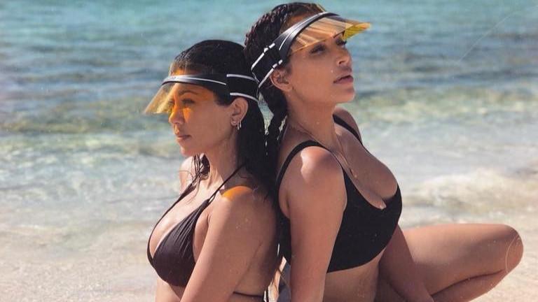 Ким и Кортни Кардашиян провокират по бански