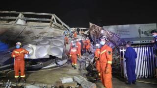 Вече десет жертви при срутването на хотела в Китай