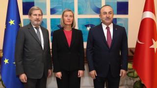 ЕС е сериозно притеснен от задържането на журналисти и академици в Турция