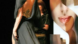 Анджелина Джоли блести с Versace