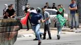 """Израелската полиция щурмува джамията """"Ал-Акса"""" при нови сблъсъци с палестинците"""
