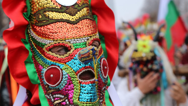 Снимка: Хиляди кукери дефилират на фестивала в Перник