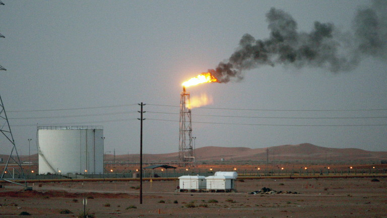 Най-голямата саудитска рафинерия пламна след нападение с дронове