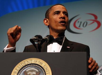Гол мъж замери Обама с книга по време на митинг?