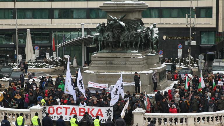 Стотици протестиращи се събраха на протест пред сградата на Народното