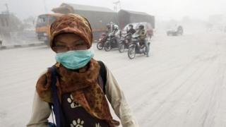800 жертви на природните бедствия в Индонезия