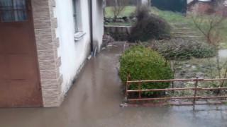 Дъжд наводни къщите и дворовете в Златарица, Горско Ново и Росно