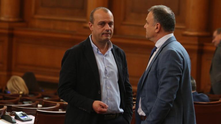 Трусове в БСП, след като 27 депутати се опълчиха на Нинова и подкрепиха Цацаров